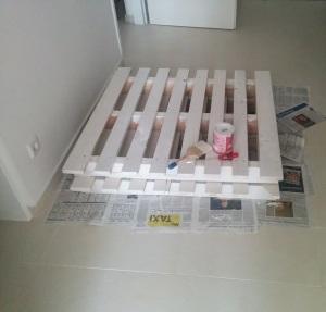 Einwegpaletten weiß lackiert für ein Palettenbett