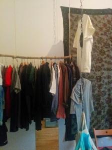 Kleiderstange aus einem Ast und eine Kette zum Aufhängen