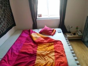 Palettenbett mit Obstkiste als Nachttisch