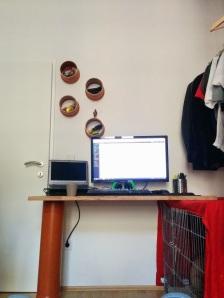 Schreibtisch und Wandregal aus Kanalrohrresten